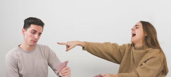 donna-che-ride-ad-un-gioco-di-carte